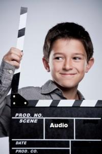 Enfant avec ardoise télé