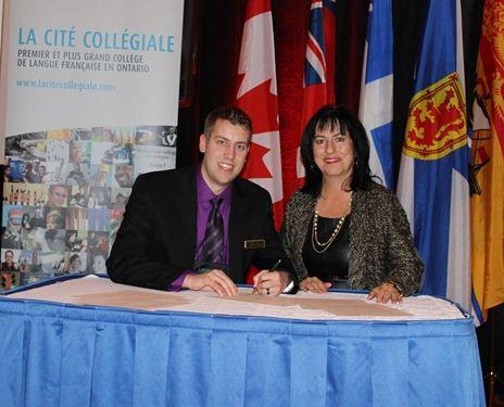 Jordan Wright, vice-président de Canadian Parents for French, et Lise Bourgeois, présidente de La Cité collégiale