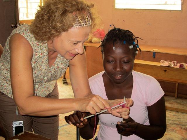 Suzanne enseigne le tricot