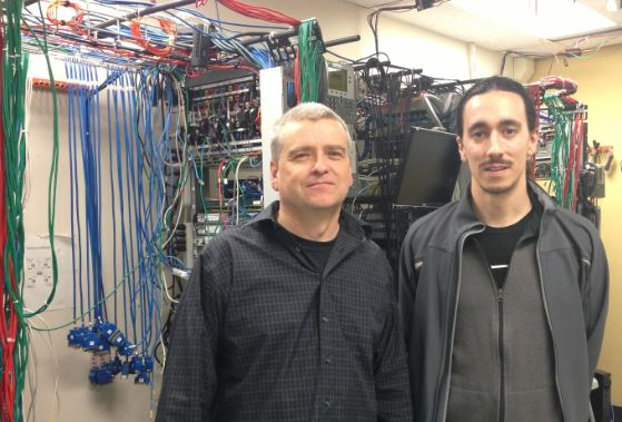 Serge Daigle, professeur en Technologie des réseaux informatiques et Frédéric Michaud, analyste des télécommunications du secteur réseau de  données du SCHL