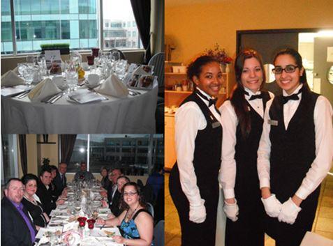 Trois filles en habit de serveuse au coté d'une table bondée de gens au restaurants