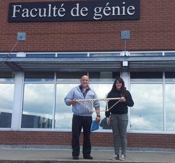 Martine Quintal et Michel Joly, deux étudiants du programme de Technologie du génie civil – construction devant l'universtié de Sherbrooke