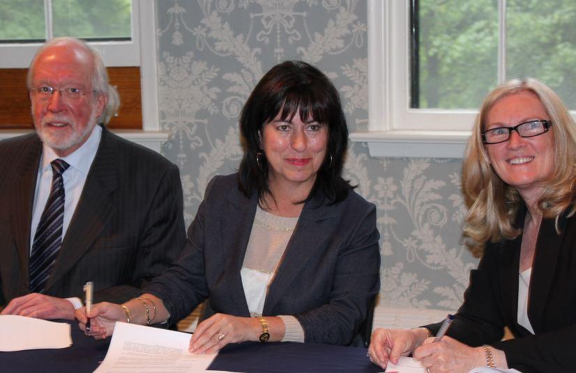 Photo, de gauche à droite : Monsieur Kenneth McRoberts, principal et doyen du Collège universitaire Glendon, madame Lise Bourgeois, présidente de La Cité collégiale, et Dr. Rhonda Lenton, vice-rectrice académique de l'Université York