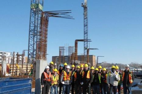 Petit groupe d'étudiants sur un gros chantier!