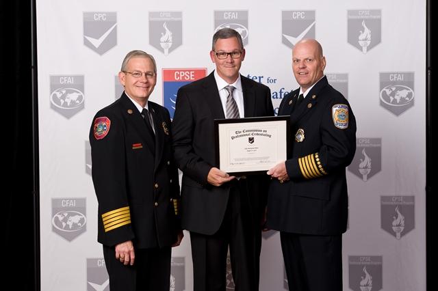 Claudes beauchamps, directeur de l'institut 911 recoit un plaque honorifique