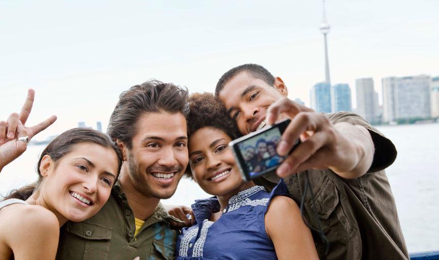 un groupe de jeune qui pose devant la tour du CN