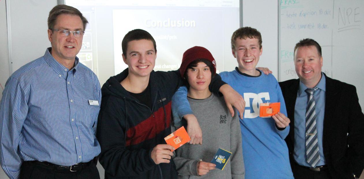 Steve Goodwin entouré de trois étudiants au Projet scolaire en entrepreneuriat avec le Centre professionnel et technique Minto