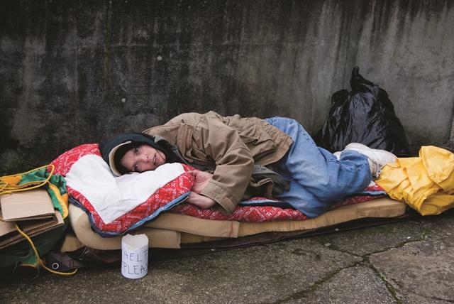 des tudiants de la cit vivent la r alit des sans abri le temps d une nuit idd o. Black Bedroom Furniture Sets. Home Design Ideas
