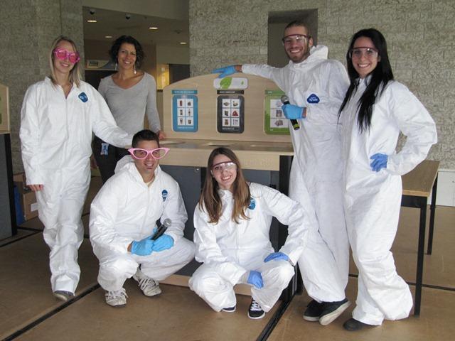 Donald Bouchard et ses étudiants de Loisirs avec Ingrid Khouzam, professeur de Tech. et Techno. de l'environnement