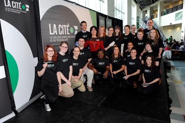 Photo de groupe avec le nouveau logo de La Cité