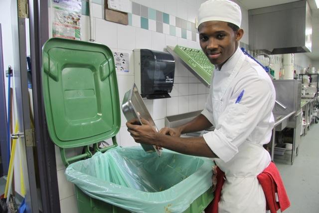 Une jeune entrain de jeter des choses dans le compostage à La Cité