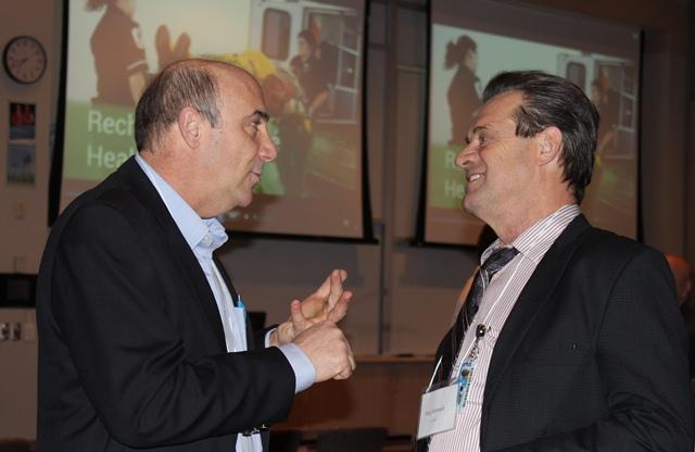 Deux hommes entrain de parler lors que l'activé en recherche appliqué