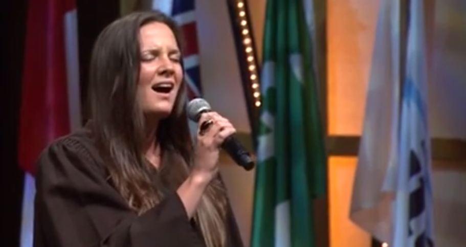 un étudiante chante lors de la cérémonie des remises des diplomes 2013