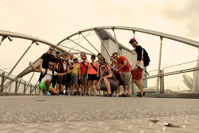 Le groupe de voyageurs Singapour devant le Pont Helix