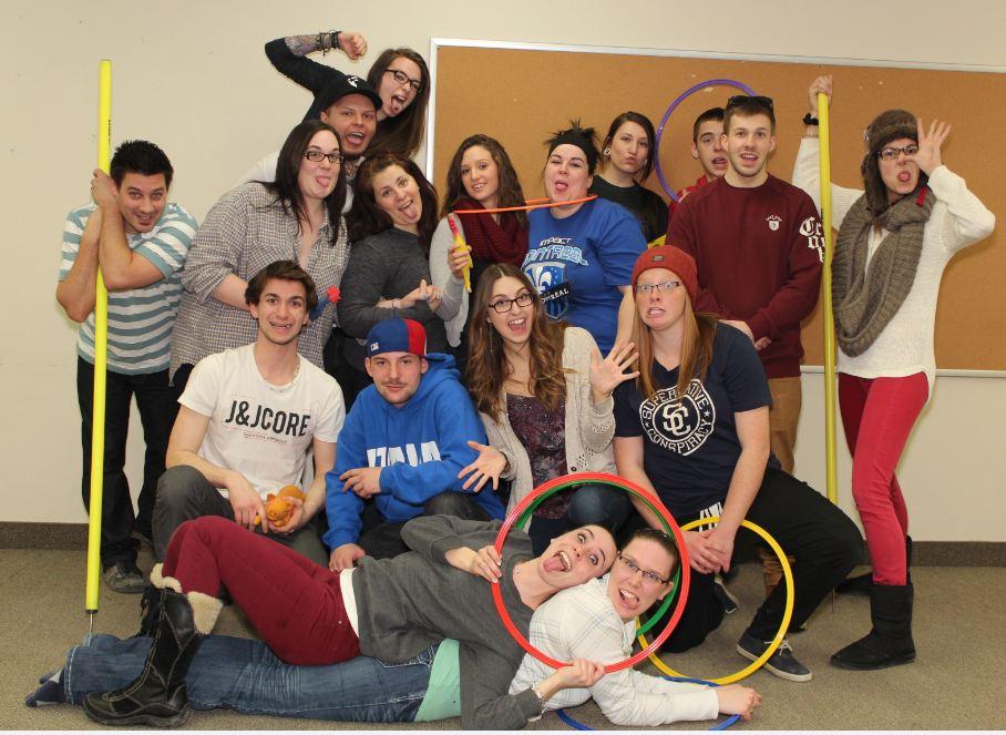 Des étudiants au programme de technique des loisirs avec des cercaux et faisant des grimances