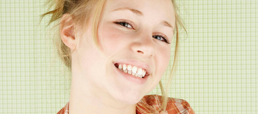 Jeune femme qui sourit