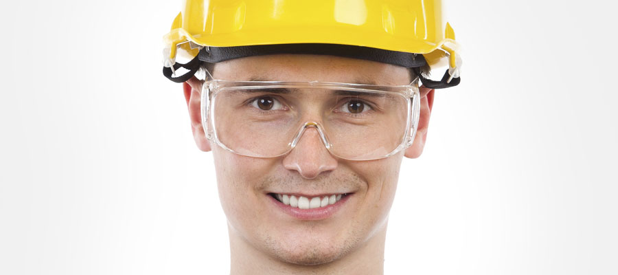 Jeune homme avec des lunettes et casque de sécurité