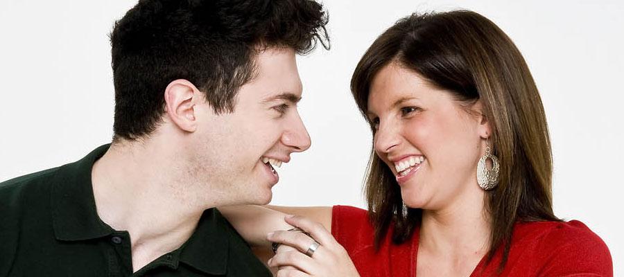 Un homme et une femme qui se regarde dans les yeux