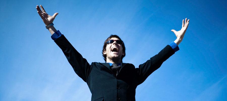 Homme avec les bras dans les airs
