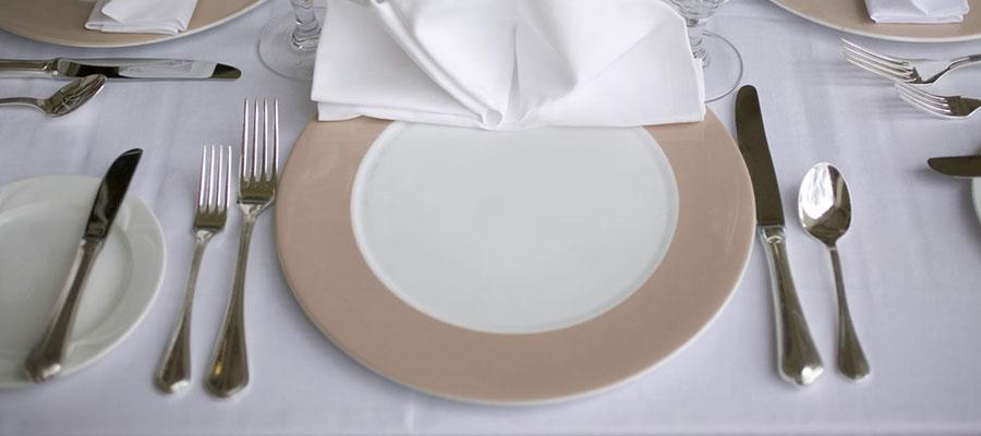 Table avec assiette et couverts