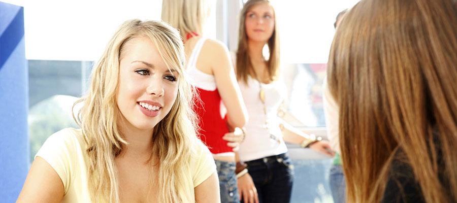 Jeune femme qui discute avec une femme de dos