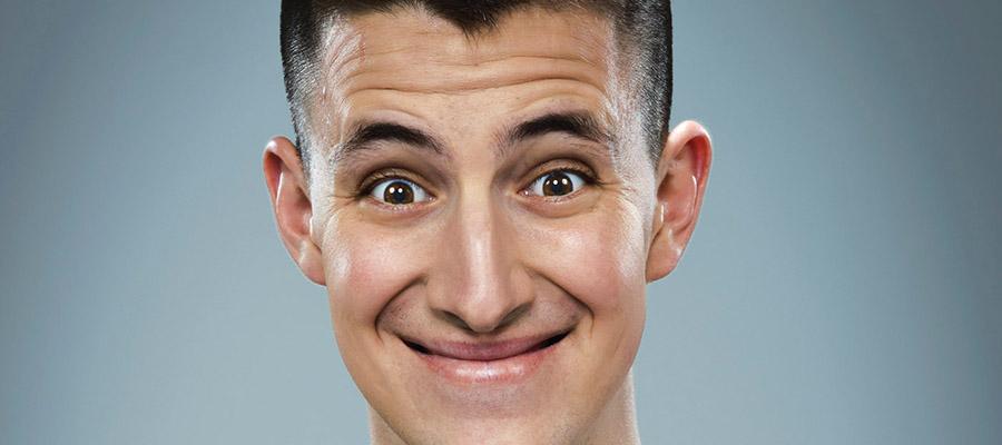 Jeune homme avec un large sourire