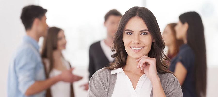 Femme devant un groupe de personnes