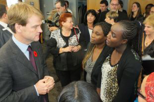 L'honorable Chris Alexander avec des étudiants