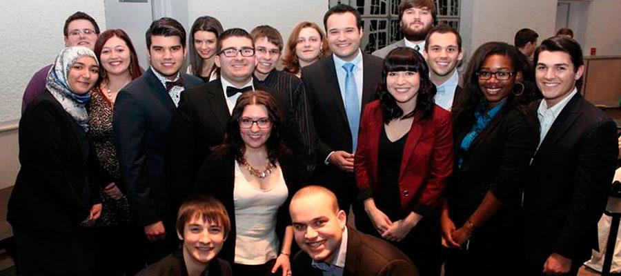 un groupe d'étudiants en Journalismes 2e étape en compagnie de Mathieu Lacombe, chef d'antenne pour TVA Gatineau-Ottawa.