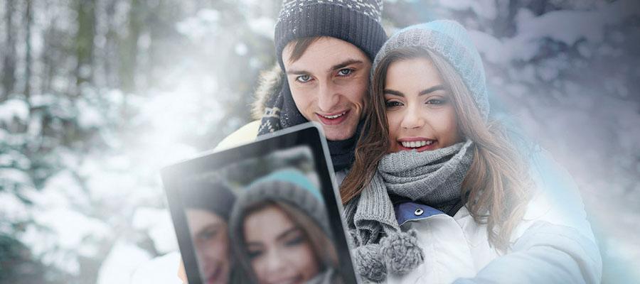 Un homme avec une femme qui a une tablette dans les mains