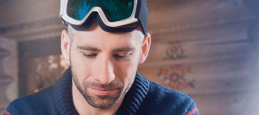homme avec des lunettes de ski .