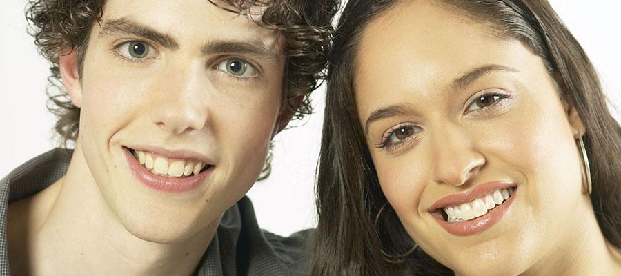 un jeune homme avec une jeune femme