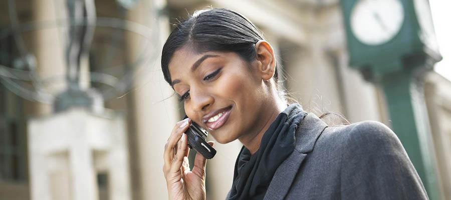 femme qui parle au téléphone