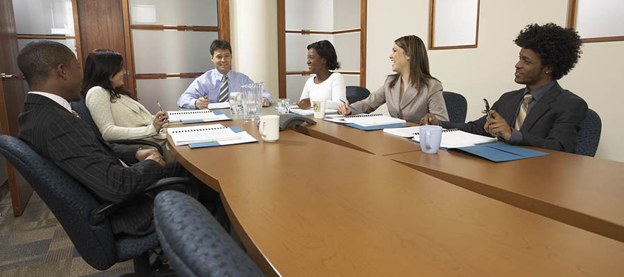 groupe d'employés autour d'une table