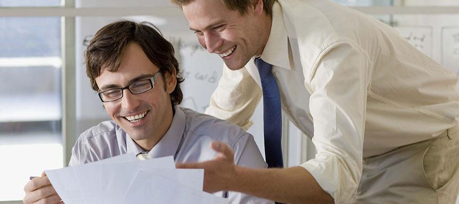 deux hommes affaires au travail