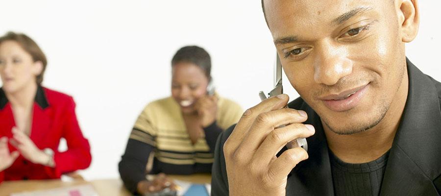 homme qui parle au téléphone