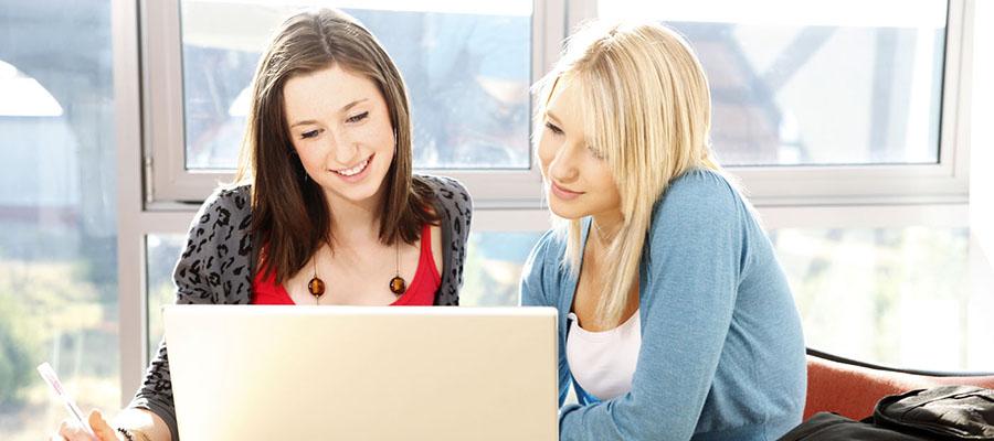 deux jeunes femmes devant un ordinateur