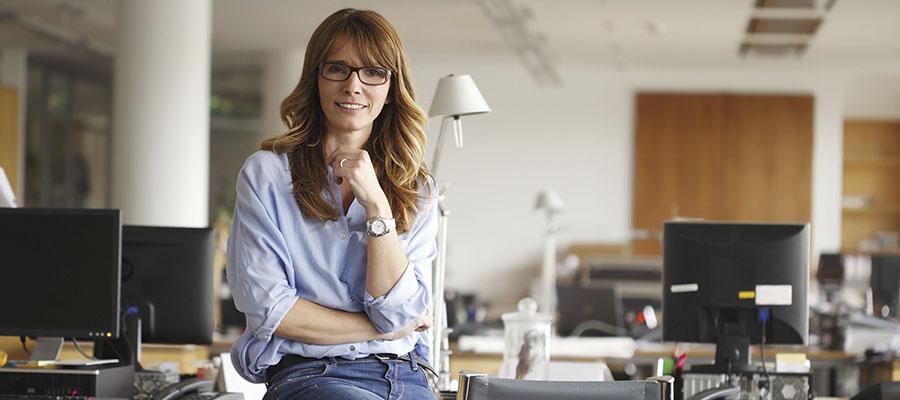 femme assise sur un bureau