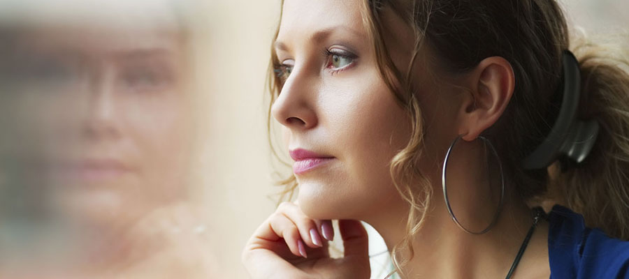 jeune femme songeuse