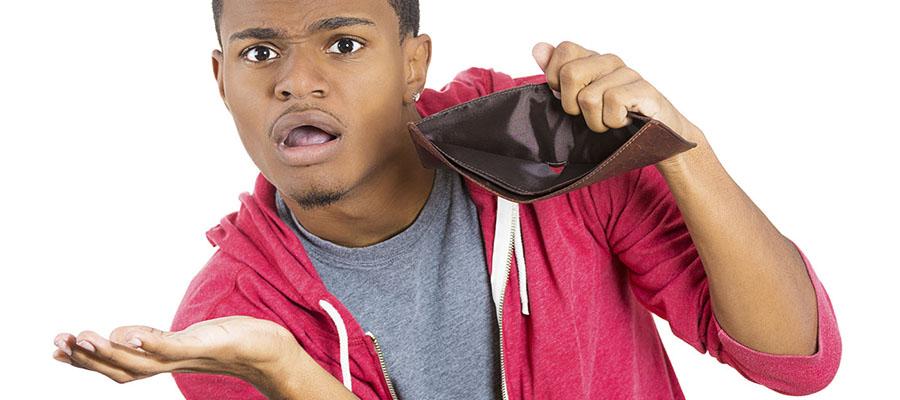 homme avec un portefeuille vide