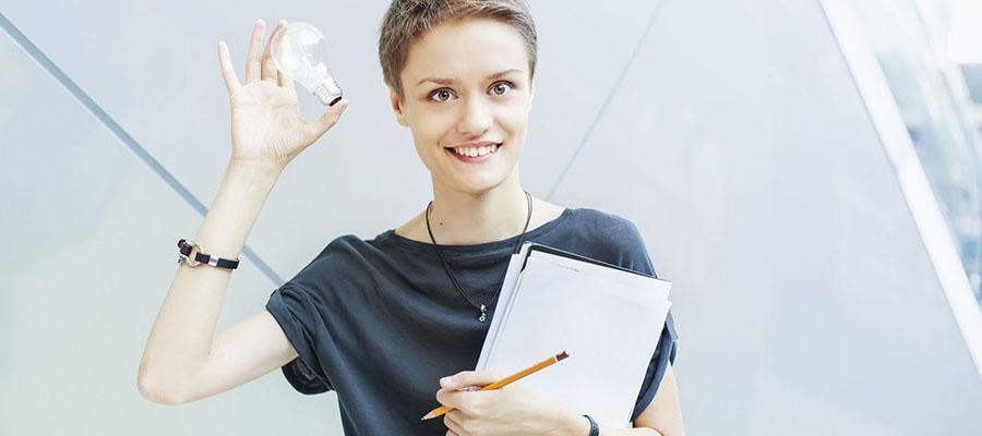 femme avec une ampoule électrique dans la main