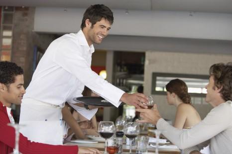 Qui choisit le premier au restaurant?
