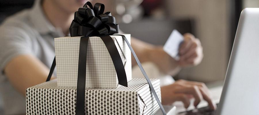 des cadeaux devant un ordinateur