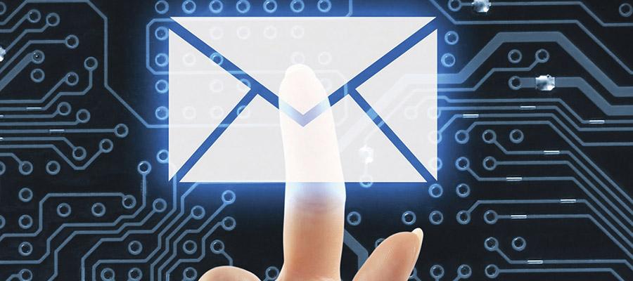 doigt sur icône de courriel