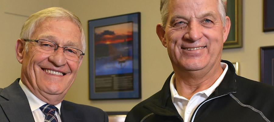 Photo Caption: Ernie Hardeman, député provincial d'Oxford (à gauche) et John Gignac, de la Fondation de l'éducation au CO Hawkins-Gignac, ont travaillé ensemble à faire adopter la loi sur le monoxyde de carbone en Ontario.