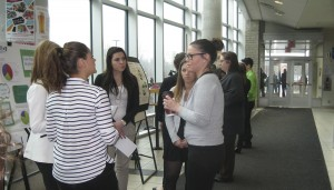 Groupe d'étudiants en relations publiques qui présentent un projet devant un petit groupe