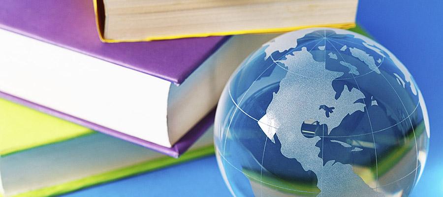 livres avec un globe terrestre