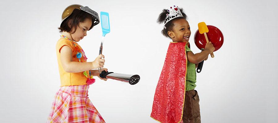 enfants qui font du bruit avec des ustensiles de cuisine