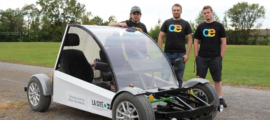 Trois étudiants avec l'auto électrique