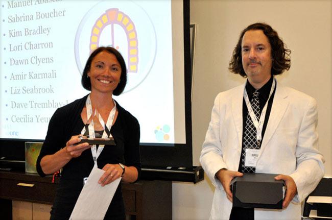Sabrina Boucher qui reçoit ses certifications du  Directeur de l'éducation avec Sim-One, M Bruce Ballon.